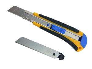 Broken upholstery knife + spare blade at Wasserman.eu