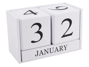 Holzkalender aus weißen Ziegeln im Wasserman.eu