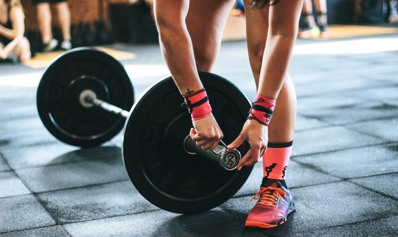 3 akcesoria, które musisz mieć ze sobą na siłowni