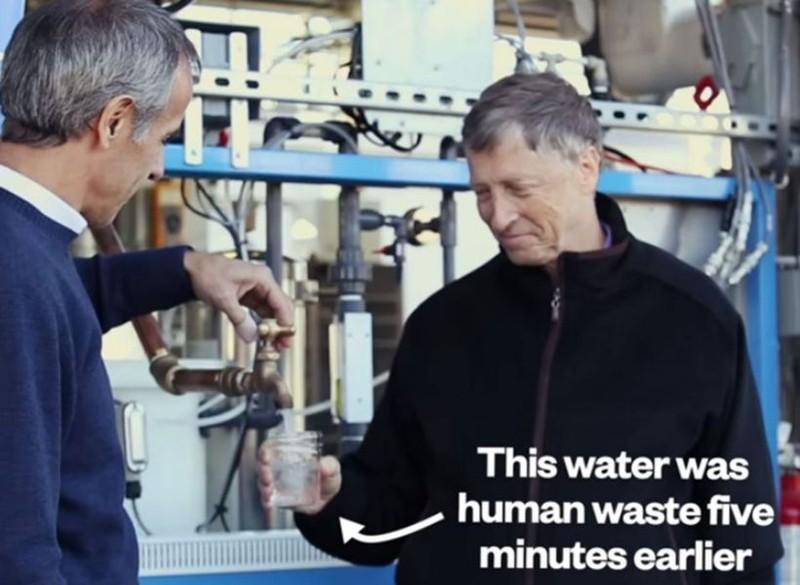 Bill Gates pije wodę z odchodów