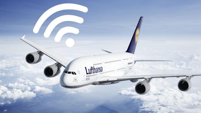 Internet na pokładzie samolotu – jak działa w teorii i praktyce?